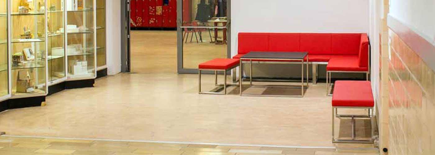 Neue Sitzmöbel in den Schulfluren.
