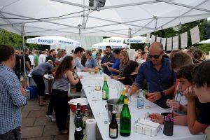 Sommerfest: Fleißige Helfer am Getränkestand